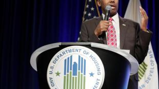 Ben Carson, secretário de Habitação dos EUA, compara escravos a imigrantes