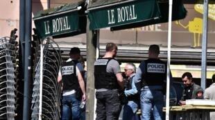 Policías en el lugar del ataque en la comuna de Romans-sur-Isère, al sureste de Francia, 4 de abril de 2020.