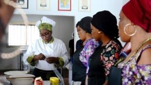 Yaya Barry, la formatrice, a créé sa propre école de cuisine, elle est entourée d'une douzaine d'élèves où la pratique occupe 90% du temps de la formation qui dure trois mois.