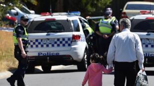 La police australienne bloque la circulation pendant une opération contre une cellule terroriste dans la banlieue de Melbourne, le 23 décembre 2016.