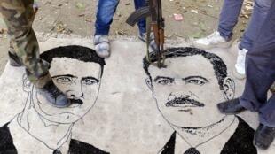 Le 10 novembre, dans la ville syrienne de Ras al-Ain, des opposants au régime syrien piétinent des portraits d'Hafez el-Assad et de son fils Bachar.