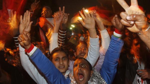 Des manifestants célèbrent la démission du président égyptien Hosni Moubarak, place Tahrir, au Caire, le 11 février 2011.