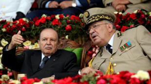 Le président algérien Abdelaziz Bouteflika aux côtés de son chef d'état-major des armées, Ahmed Gaïd Salah, à Alger le 27 juin 2012.