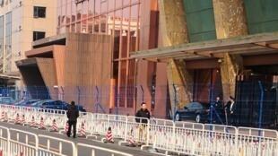 这是网友拍摄的北京某座据指住着出席两会代表的照片