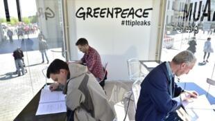 A Berlin, porte de Brandebourg, le 2 mai 2016, le public était invité à consulter les documents confidentiels révélés le jour même par l'ONG Greenpeace concernant le projet d'accord commercial transatlantique entre l'UE et les Etats-Unis.