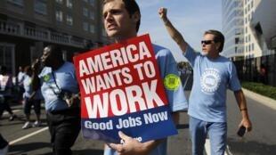 Americanos protestam por mais empregos diante do Centro de Convenções de Charlotte, onde democratas designaram Barack Obama como candidato à reeleição para a Casa Branca