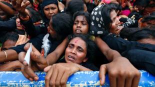 Người tị nạn Rohingya đứng chờ phát hàng cứu trợ nhân đạo ti Banglades ngày 20/09/2017.