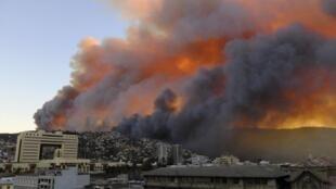 Columnas de humo visibles desde distintos puntos de Valparaíso este domingo, Chile.