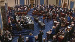 Le président de la Cour suprême, John Roberts, prête serment devant les sénateurs lors du début de la procédure de destitution au Sénat du président américain Donald Trump, dans la salle du Sénat au Capitole.