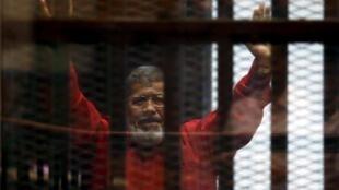 Rais Mohamed Mursi akiteta na wafuasi wa chama cha  Muslim Brotherhood akiwa gerezani mjini Cairo, Misri