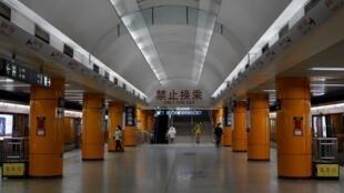 2020年2月10日上午,北京一個地鐵站,出奇的安靜。