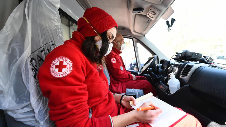 Nhân viên Hội Chữ Thập Đỏ Ý túc trực trước một bệnh viện ở Torino (Ý) ngày 05/04/2020.