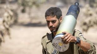 Soldado israelense prepara artilharia na fronteira com Gaza