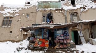 Extrema pobreza no Afeganistão contribui para um alto número de vítimas durante as tempestades de neve que o país enfrenta no inverno.