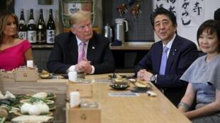 Le président Donald Trump et le Premier ministre Shinzo Abe, ce dimanche 26 mai 2019 en compagnie de leurs épouses Melania et Akie à Tokyo.