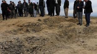 Irak: au bord d'un cratère laissé par un missile iranien lancé dans la nuit de mardi à mercredi 8 janvier, à l'heure précise à laquelle le général Qassem Soleimani a été tué la semaine passée à Bagdad.