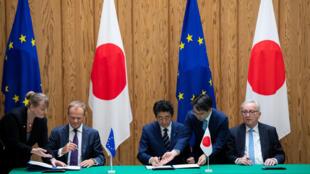 Thủ tướng Nhật Shinzo Abe (giữa) ký hiệp định thương mại với lãnh đạo Liên Hiệp Châu Âu, ngày 17/07/2018.