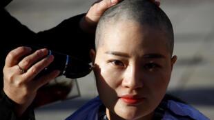 Li Wenzu, épouse de l'avocat Wang Quanzhang, s'était rasée la tête en guise de protestation contre les autorités chinoises.