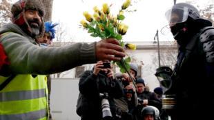 В связи с манифестацией «желтых жилетов» и террористической угрозой меры безопасности в стране в новогоднюю ночь будут усилены