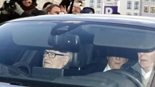 Журналисты окружили машину, в которой Доминик Стросс-Кан со своим адвокатом прибыл в суд по «делу Карлтон», 2 февраля 2015.