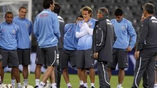 L'équipe de football de l'Uruguay écoute les conseils de son coach, Oscar Tabarez, pendant la séance d'entraînement du 10 juin 2010.