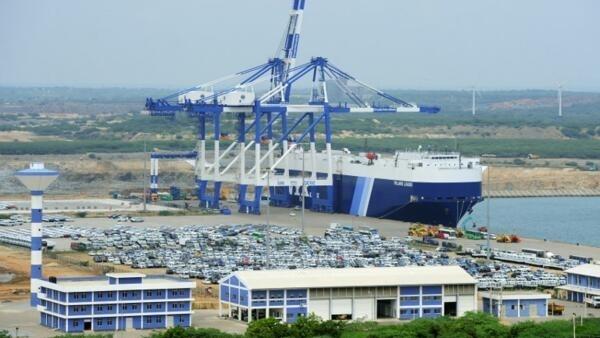 Cảng Hambantota, Sri Lanka phải nhượng lại cho Trung Quốc để trả nợ.