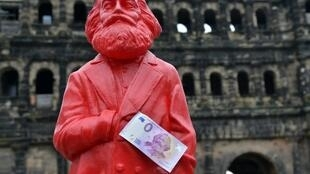 Памятник Карлу Марксу в Трире с банкнотой достоинством 0 евро, выпущенной по случаю 200-летнего юбилея философа