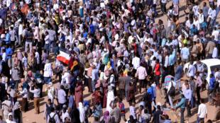 Waandamanaji katika mitaa ya mji mkuu wa Sudan, Khartoum, Desemba 25, 2018.