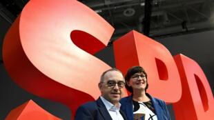 Les nouveaux dirigeants du SPD, Norbert Walter-Borjans et Saskia Esken, posent devant le logo du parti lors du congrès du Parti social-démocrate (SPD) à Berlin, Allemagne, le 7 décembre 2019.