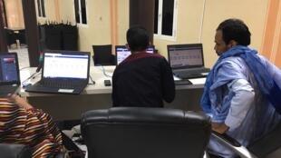 Dans les bureaux de la Céni à Nouakchott, la compilation des résultats se poursuit, dimanche 23 juin 2019.