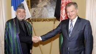 O presidente do Afeganistão, (E) Hamid Karzai, e seu homólogo finlandês, Sauli Niinisto, durante encontro desta segunda-feira em Helsinki.