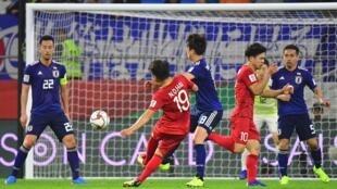 Tại Cúp bóng đá Châu Á- AFC Asian Cup 2019, tuyển Việt Nam (áo đỏ) dù thua nhưng đã chơi sòng phẳng với tuyển Nhật Bản (áo xanh) ở tứ kết.