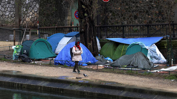The migrants' campa at the Canal Saint-Martin in Paris .