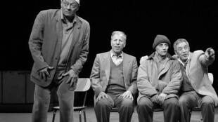 «Les invisibles», un spectacle écrit et mis en scène par Nasser Djemaï.
