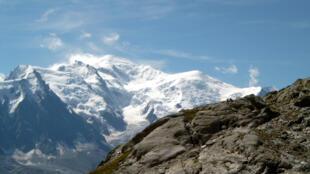 Polícia pede prudência aos alpinistas na região do Mont Blanc (foto) devido a camadas de neves instáveis durante o verão.