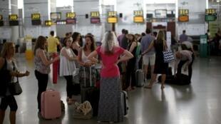 Controladores aéreos espanhóis começaram uma greve parcial nesta segunda-feira (8).
