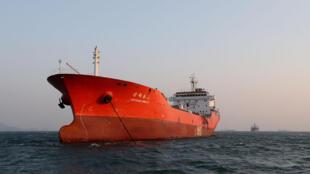 Chiếc tàu Hồng Kông bị nghị chuyển dầu cho Bắc Triều Tiên ngay trên vùng biển Hàn Quốc ngày 29/12/2017.