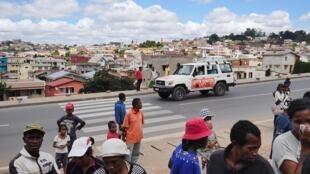 Dans la capitale malgache, véhicules de police, de gendarmerie et blindés de l'armée patrouillent nuit et jour pour dissuader les gens de sortir.