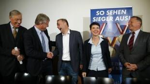 Глава АдГ Йорг Мойтен (второй слева), первый номер избирательного списка партии в земле Мекленбург — Передняя Померания  Лейф-Эрик Хольм и другие члены популистской антииммигрантской партии на пресс-конференции в Берлине, 5 сентября 2016 г.