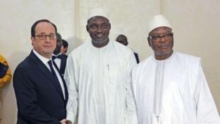 Adama Barrow, o presidente eleito da Gâmbia (centro), avista-se com o presidente francês, François Hollande (esquerda), e o presidente maliano, Ibrahim Boubacar Keïta (direita), em Bamacao, Mali, a 14 de Janeiro de  2017.