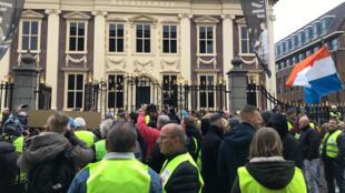 Des gilets jaunes contre les reculs sociaux du gouvernement à La Haye.