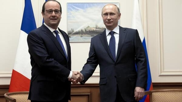 French President François Hollande meets with Russian leader Vladimir Putin at Moscow airport, December 6 2014