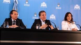 Os ministros argentinos Dante Sica (Produção), Nicolás Dujovne (Economia) e Carolina Stanley (Desenvolvimento Social) anunciam o pacote em 17 de abril de 2019.
