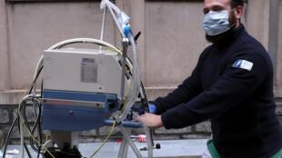 Un enfermero empuja un respirador artificial en el hospital Saint-Jean en Bruselas, Bélgica, el 20 marzo de 2020.