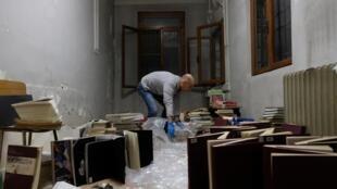 Des volontaires sauvent des manuscrits du conservatoire de musique Benedetto Marcello après de graves inondations à Venise, le 16 novembre 2019.