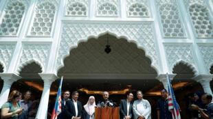 Tân thủ tướng Malaysia Mahathir Mohamad (giữa) phát biểu trong cuộc họp báo tại Kuala Lumpur ngày 11/05/2018.