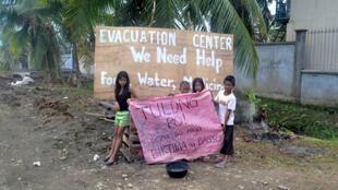 Des milliers de sans abris mendient le long des routes pour obtenir de l'aide.
