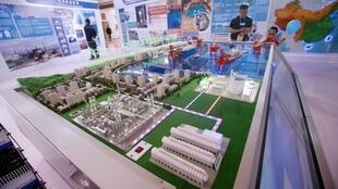 Ảnh minh họa : Một mô hình nhà máy điện hạt nhân của tập đoàn nhà nước Trung Quốc CNNC được trưng bày ở bắc Kinh, ngày 19/04/2017.