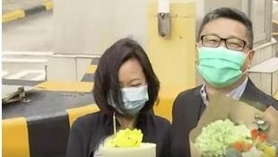 占中发起人陈健民刑满出狱,妻子在场献上鲜花,补祝陈的生日