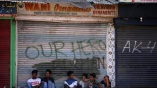 Lojas fechadas em Caxemira depois da India ter revogado a autonomia desse território. Paquistão denuncia ilegalidade